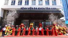 Lãnh đạo Bộ Y tế và UBND TPHCM cắt băng khai trương