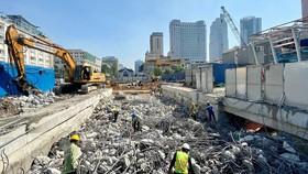 Công nhân thi công chuẩn bị tái lập mặt đường Lê Lợi phía trên ga Nhà hát thành phố. Ảnh: Ban quản lý đường sắt đô thị