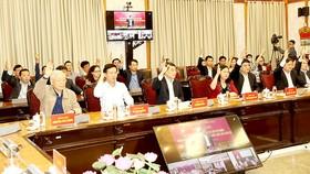 Tổng Bí thư, Chủ tịch nước Nguyễn Phú Trọng và các đại biểu giơ tay biểu quyết tại hội nghị lấy ý kiến cử tri tại Văn phòng Trung ương Đảng