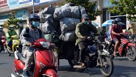 Xe 3 - 4 bánh tự chế gây ô nhiễm môi trường, mất an toàn giao thông vẫn lưu thông trên đường phố. Ảnh: ĐỨC TRUNG