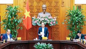 Thủ tướng Nguyễn Xuân Phúc chủ trì cuộc họp của Thường trực Chính phủ về việc di dời các cảng trên sông Sài Gòn và Nhà máy đóng tàu Ba Son. Ảnh: TTXVN