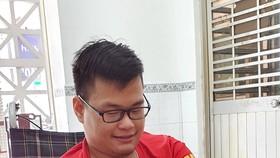 Em Trần Văn Hùng với sản phẩm hoa giả tự tay hoàn thành
