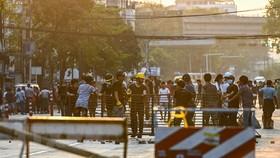 Người biểu tình tập trung tại thành phố Yangon, Myanmar ngày 10-3-2021. Ảnh: TTXVN