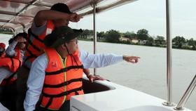 Ông Dương Hồng Nhân, Bí thư Đảng ủy, Chủ tịch HĐTV Sawaco cùng đoàn khảo sát lưu vực dự kiến dời điểm lấy nước thô