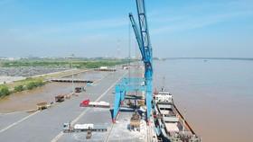 Tàu theo sông Soài Rạp vào cảng Tân Cảng - Hiệp Phước bốc dỡ hàng hóa. Ảnh: CAO THĂNG