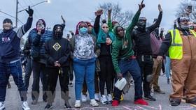 Người biểu tình tập trung tại Brooklyn Center ở thành phố Minneapolis, Mỹ ngày 11-4, phản đối việc cảnh sát nước này bắn chết một người đàn ông da màu. Ảnh: TTXVN