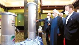 Tổng thống Iran Hassan Rouhani (giữa) thăm triển lãm về thành tựu hạt nhân Iran ngày 10-4 tại thủ đô Tehran