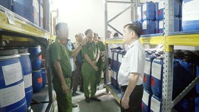 Lực lượng chức năng kiểm tra kho hóa chất của một công ty
