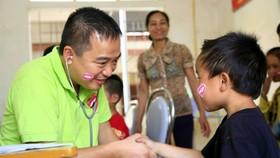 Bác sĩ Nguyễn Lân Hiếu trong một hoạt động khám chữa bệnh thiện nguyện cho trẻ em