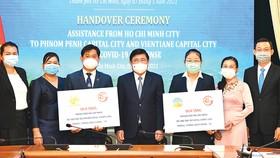 Chủ tịch UBND TPHCM Nguyễn Thành Phong trao quà hỗ trợ Vientiane và Phnom Penh. Ảnh: VIỆT DŨNG