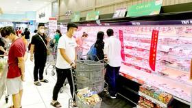 Người dân đeo khẩu trang khi đi siêu thị tối 27-5. Ảnh: CAO THĂNG
