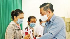 Trưởng Ban Tuyên giáo Trung ương tặng 100 phần quà cho người nghèo ở Tiền Giang