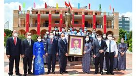 Chủ tịch nước Nguyễn Xuân Phúc tặng Chân dung Chủ tịch Hồ Chí Minh cho Bảo tàng Hồ Chí Minh - chi nhánh TPHCM, tháng 5-2021. Ảnh: VIỆT DŨNG