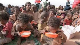Phụ nữ và trẻ em tại trại tị nạn Kebribeyah, miền đông Ethiopia. Ảnh: TTXVN