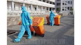 Thưởng công nhân thu gom rác thải tại khu cách ly
