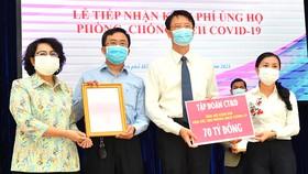 Chủ tịch Ủy ban MTTQ Việt Nam TPHCM Tô Thị Bích Châu (trái) tiếp nhận đóng góp của tập đoàn CT&D ủng hộ kinh phí mua vaccine phòng chống dịch Covid-19. Ảnh: VIỆT DŨNG