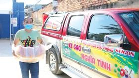 Xe gạo nghĩa tình hỗ trợ người dân hẻm 54/8 Hồ Học Lãm (phường 16, quận 8, TPHCM) đang bị phong tỏa. Ảnh: DŨNG PHƯƠNG