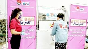Thanh niên công nhân nhận gạo tại cây ATM gạo của chương trình
