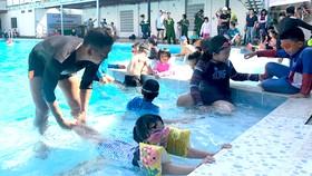 Các em thiếu nhi học kỹ năng ứng phó trong môi trường nước (ảnh chụp khi chưa có dịch Covid-19)