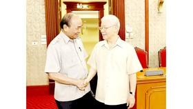 Tổng Bí thư Nguyễn Phú Trọng, Chủ tịch nước Nguyễn Xuân Phúc dự cuộc họp của Bộ Chính trị ngày 25-6. Ảnh: TTXVN