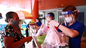 Niềm vui của người dân quận 4 khi nhận gạo được lan truyền trên các trang MXH của quận. Ảnh: HỒNG HẢI