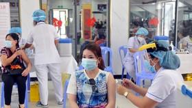 Nhân viên y tế tiêm vaccine Covid-19 cho các đối tượng ưu tiên theo Nghị quyết 21 trên địa bàn TPHCM. Ảnh: CAO THĂNG