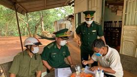 Lực luợng biên phòng Cửa khẩu quốc tế Hoa Lư đến tận nhà dân tuyên truyền phòng chống dịch Covid-19