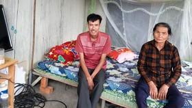 Vợ chồng ông Tuệ ăn ngủ tạm ở mái hiên của ban điều hành công trường để chờ tiền đền bù