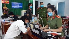 Người dân đi làm CCCD và cập nhật thông tin cá nhân trên cơ sở dữ liệu quốc gia về dân cư
