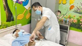 Bác sĩ thăm khám cho bệnh nhân sau phẫu thuật. Ảnh: Bệnh viện cung cấp