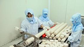 Vốn vay được ưu tiên vào lĩnh vực sản xuất thiết yếu. Trong hình: Chế biến giò chả tại Xí nghiệp Nam Phong. Ảnh: CAO THĂNG