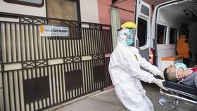 Cấp cứu một người mắc Covid-19 tại Tây Java, Indonesia