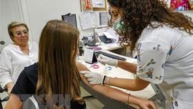 Tiêm vaccine ngừa Covid-19 cho người dân tại thành phố Holon, Israel. Ảnh: TTXVN