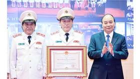 Chủ tịch nước Nguyễn Xuân Phúc trao tặng Huân chương Bảo vệ Tổ quốc hạng nhất cho lực lượng An ninh nhân dân. Ảnh: TTXVN