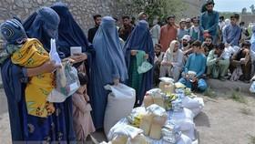 Phụ nữ nhận lương thực cứu trợ tại Jalalabad, Afghanistan. Ảnh: TTXVN
