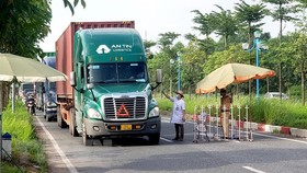 Không được kiểm tra xe chở hàng thiết yếu, lương thực phục vụ vùng dịch