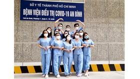 Các y bác sĩ được tặng quần áo chụp hình kỷ niệm, cảm ơn sự hỗ trợ của cộng đồng