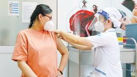 Thai phụ tiêm vaccine Covid-19 tại Bệnh viện Từ Dũ chiều 13-8. Ảnh: HOÀNG HÙNG
