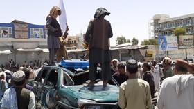 Các tay súng Taliban trên một đường phố ở tỉnh Jalalabad, Afghanistan. Ảnh: TTXVN