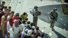 Binh sỹ Mỹ gác tại sân bay quốc tế ở Kabul, ngày 16-8. Ảnh: TTXVN