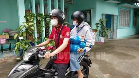 Các tình nguyện viên giao bình oxy đến tận nhà bệnh nhân Covid-19. Ảnh: Thanhuytphcm