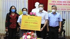 Đại diện Tập đoàn T&T Group trao tặng gói trang thiết bị, vật tư y tế trị giá trên 25 tỷ đồng cho ông Dương Tấn Hiển, Phó Chủ tịch Thường trực UBND TP Cần Thơ (thứ hai từ phải sang)