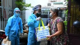 """Tiểu đoàn DK1, Vùng 2 Hải quân tặng 300 """"Túi quà an sinh"""" hỗ trợ người dân TPHCM"""
