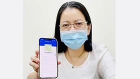 Phó Giám đốc Sở TT-TT TPHCM Võ Thị Trung Trinh với mã QR xanh trên ứng dụng Y tế HCM