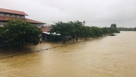 Lũ trên sông Trà Bồng qua xã Bình Dương, huyện Bình Sơn, tỉnh Quảng Ngãi, ngày 23-10-2021. Ảnh: NGUYỄN TRANG