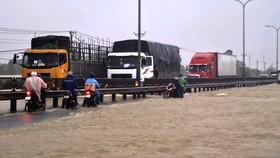 Nước lũ tràn qua Quốc lộ 1A, đoạn thuộc huyện Phú Ninh, tỉnh Quảng Nam. Ảnh: NGUYỄN CƯỜNG