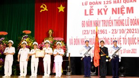 Thừa ủy quyền của Chủ tịch nước, Chuẩn Đô đốc Lương Việt Hùng trao Huân chương Bảo vệ Tổ quốc hạng Nhất cho Lữ đoàn 125. Ảnh: HQ Online