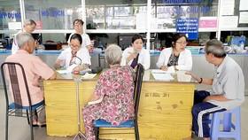 Các bệnh nhân đến phòng khám của phường  để thăm khám sức khỏe