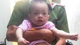 Cháu bé 8 tháng tuổi bị bỏ rơi ở vỉa hè