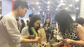 Các bạn trẻ giới thiệu những sản phẩm thân thiện với môi trường